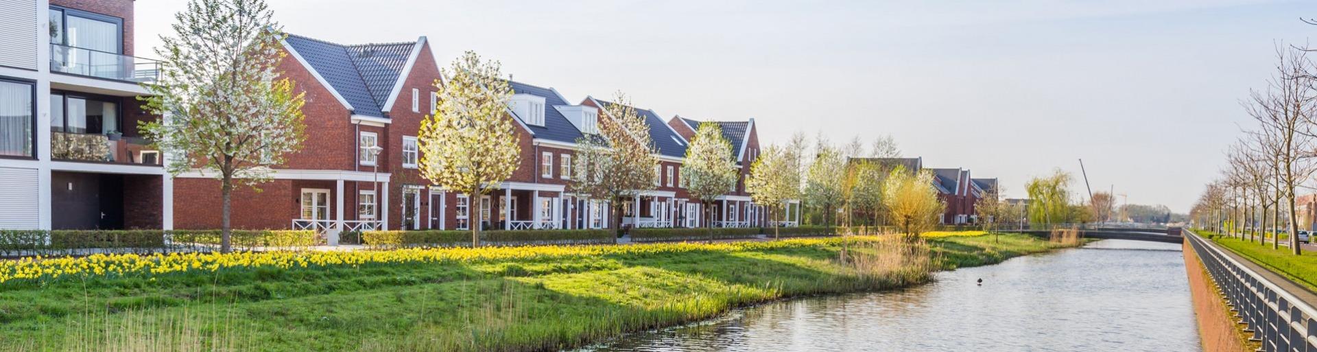 een rij moderne huizen in Nederland